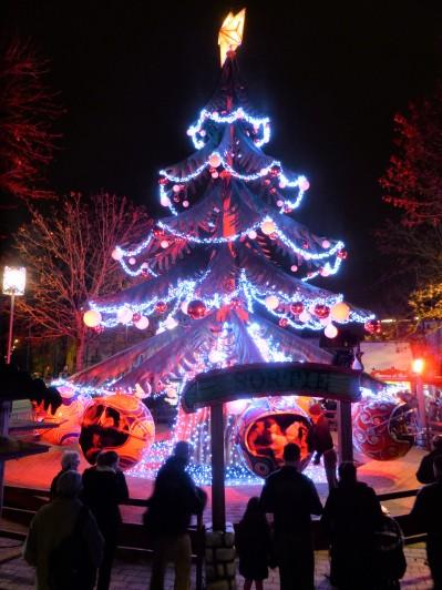 Sapin et guirlandes au Marché de Noël de Dijon